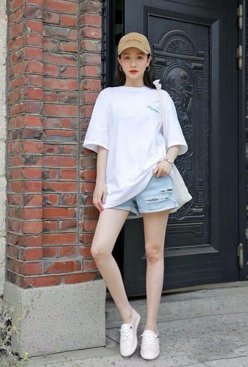 Cô gái với Áo phông trắng + quần short denim + giày trắng