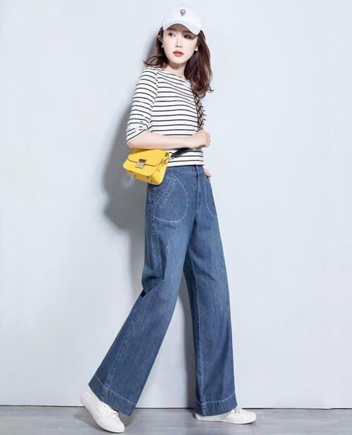 Cô gái mặc Áo phông sọc trắng đen + quần jeans ống rộng + giày trắng