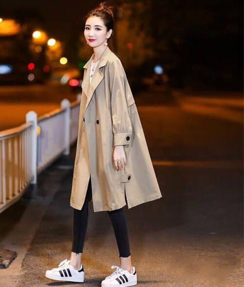 Cô gái mặc Áo gió kaki + áo phông trắng + quần đen + giày stan smith trắng