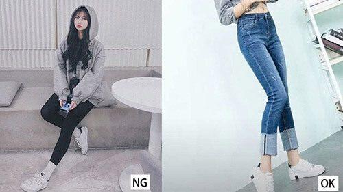 2 cô gái mặc quần jean và giày trắng