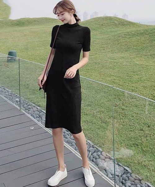 Cô gái mặc đầm đen bên đường