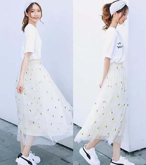 Váy lưới với giày trắng