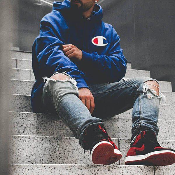 Phối giày Air Jordan 1 với quần jean rách gối và áo hoodies