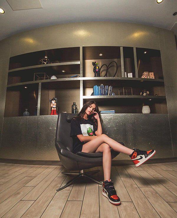Phối giày Air Jordan 1 cho nữ quần short giấu quần và áo thun