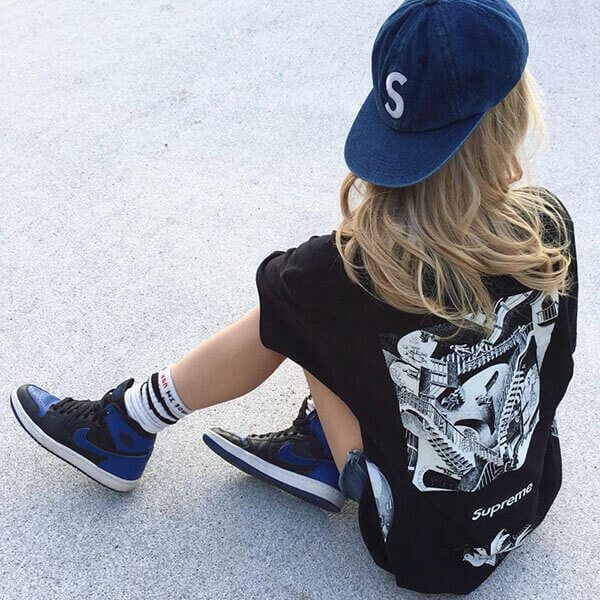 Phối giày Air Jordan 1 cho nữ quần short và áo thun