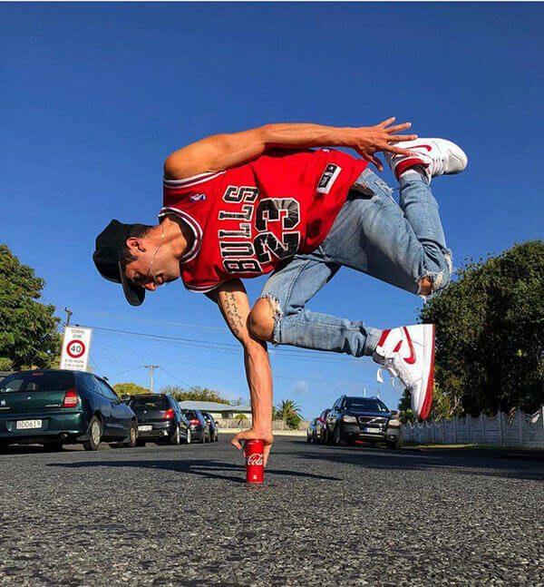 Phối giày Air Jordan 1 với quần áo cùng màu đỏ