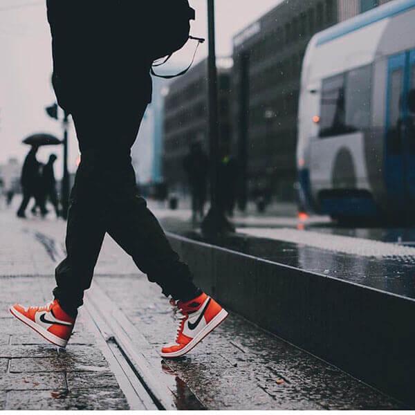 Phối giày Air Jordan 1 với quần áo tối màu đen