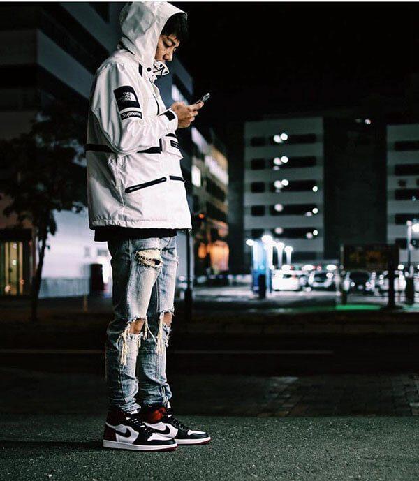 Phối giày Air Jordan 1 với quần jean rách gối áo khoác