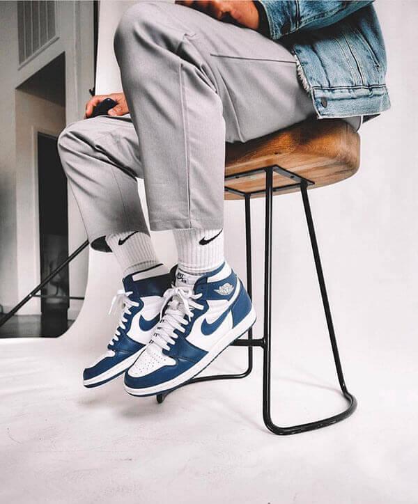 Phối giày Air Jordan 1 với quần kaki và áo khoác jean