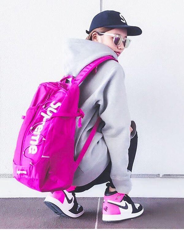 Phối giày Air Jordan 1 cho nữ quần legging với áo hoodies hồng