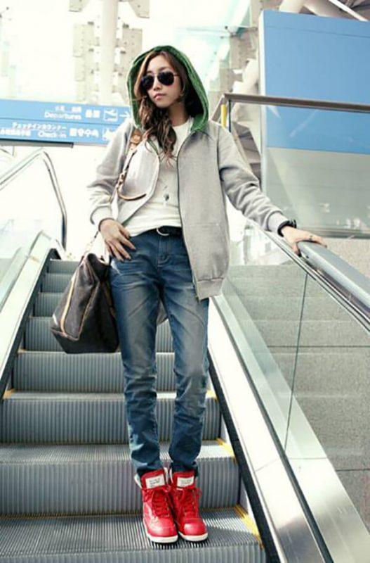 Mặc quần jean với giày cao cổ cho nữ