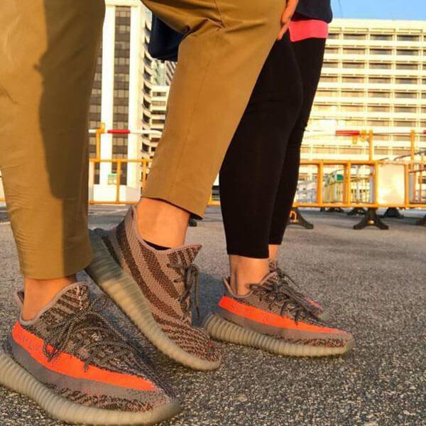 Mặc Yeezy 350 V2 với quần kaki
