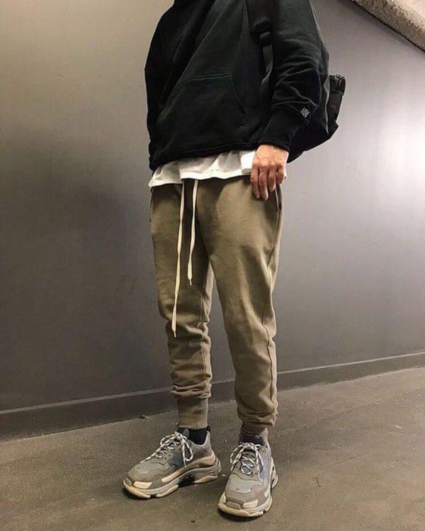 Phối đồ với giày Balenciaga Triple S với quần Jogger nam