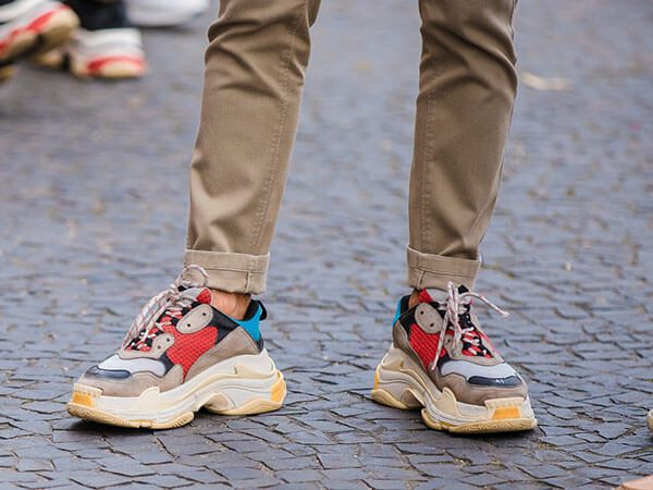 Phối đồ với giày Balenciaga Triple S với quần kaki cho nam