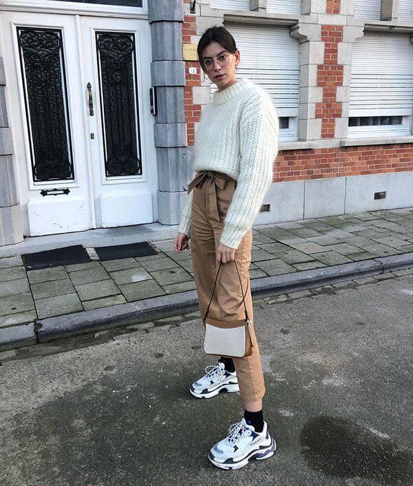 Phối đồ với giày Balenciaga Triple S với quần kaki cho nữ