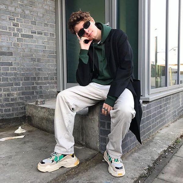 Phối đồ với giày Balenciaga Triple S với quần ống rộng cho nam