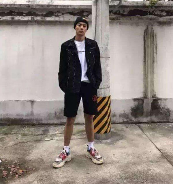 Phối đồ với giày Balenciaga Triple S với quần short nam