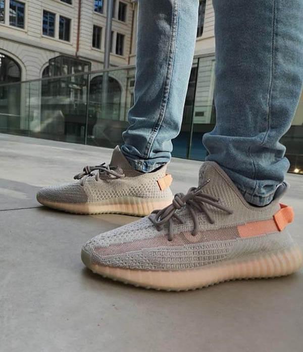 Phối giày Yeezy 350 với quần jean xanh