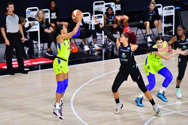 nữ ngôi sao bóng rổ Satou trong giải WNBA