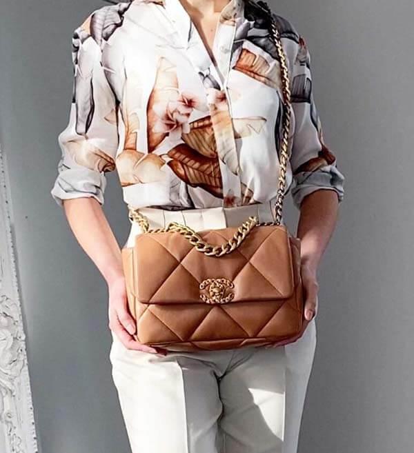 Cách phối đồ với túi Chanel 19