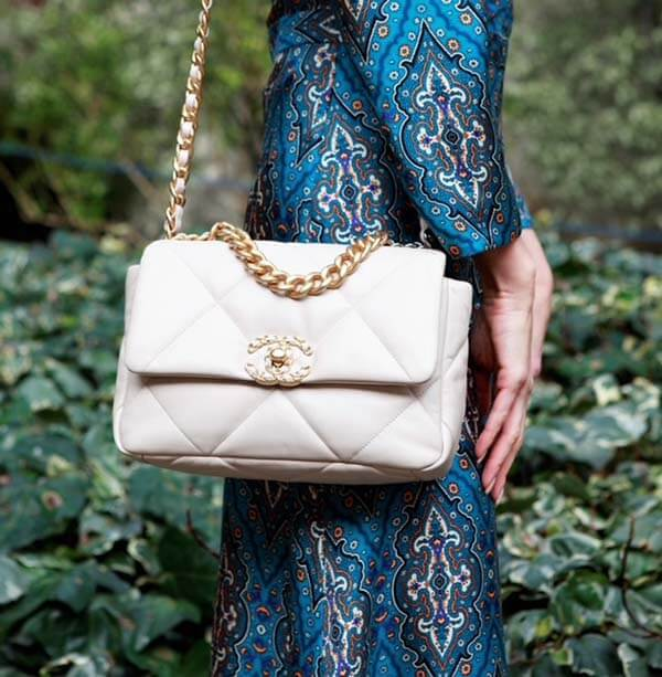 Túi đeo chéo Chanel 19