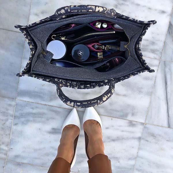 Túi Dior Book Tote đựng nhiều đồ phụ nữ