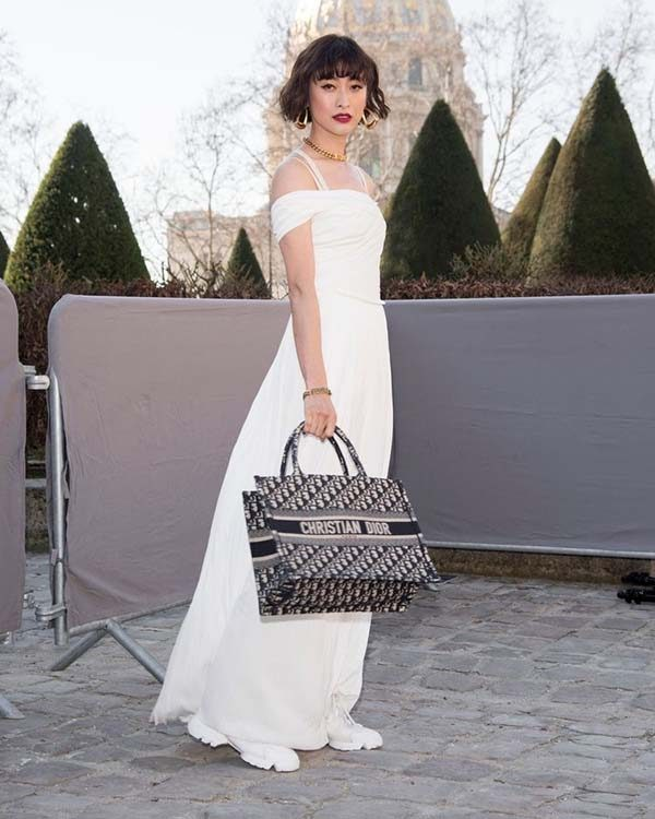Cách phối với túi Book Tote Dior với váy trắng