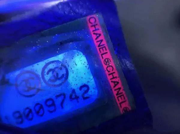 Mã code trong túi Chanel dưới ánh đèn cực tím