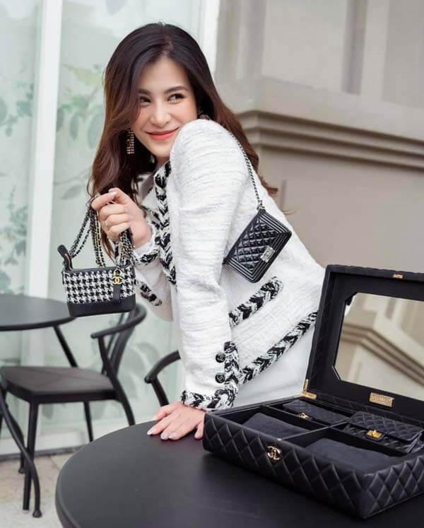 Đông Nhi cùng sét túi Chanel mini