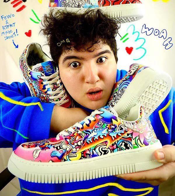 Poorocious - Nghệ sĩ 18 tuổi, vài người đang cầm trên tay những mẫu thiết kế giày thể thao NFT của mình