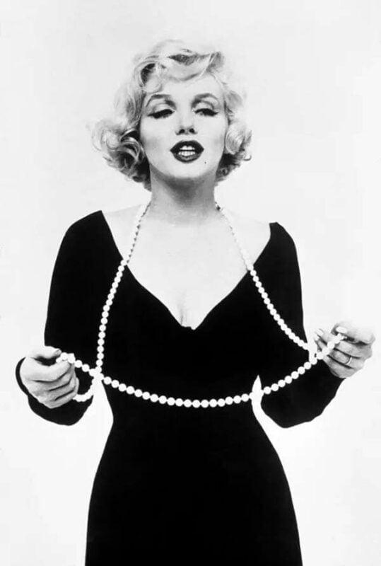 Coco Chanel với dây đeo ngọc trai yêu thích