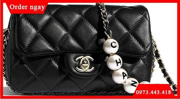 Túi chuỗi ngọc trai có logo Chanel
