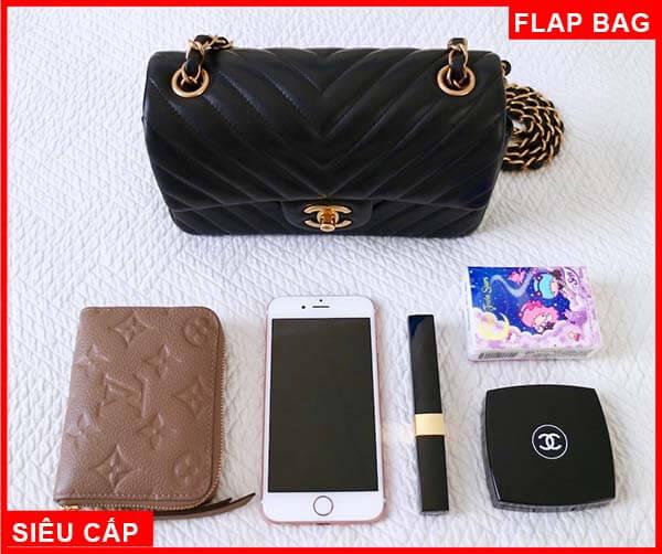 Mini Chanel có thể chứa Iphone, ví và các dụng cụ trang điểm